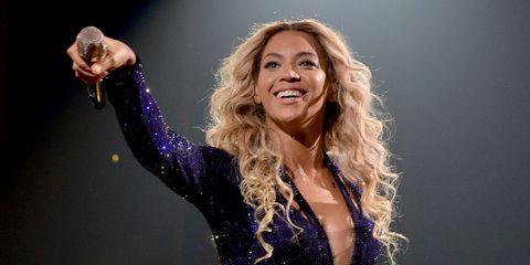 Music artist, Performance, Singer, Singing, Blond, Purple, Pop music, Performing arts, Music, Talent show,