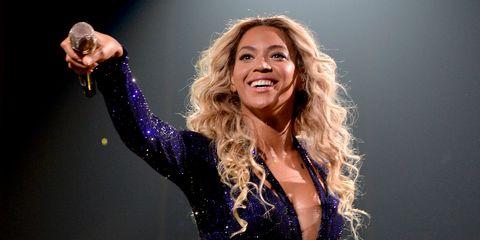 Music artist, Hair, Singer, Singing, Performance, Blond, Long hair, Pop music, Smile, Fun,