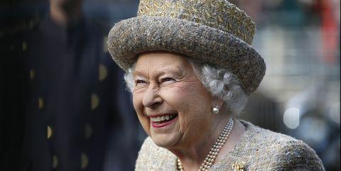 koningin elizabeth opent drive inbioscoop op haar landgoed