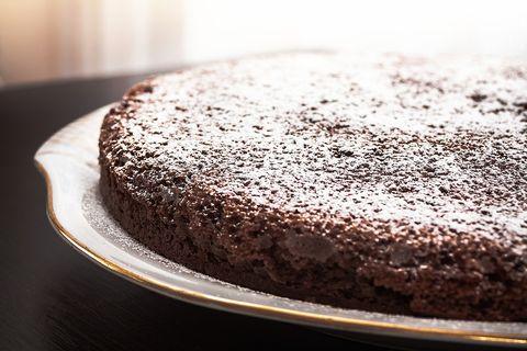 La torta caprese è il dolce al cioccolato più profumato dell'estate, e la sua ricetta facilissima vi stupirà