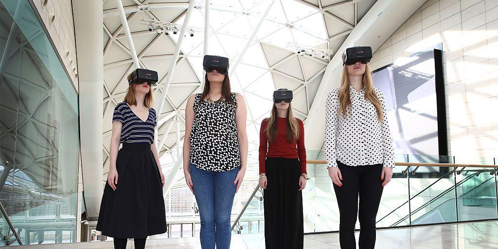 De liefde bedrijven met robots of seks in virtual reality, column van Haroon Ali