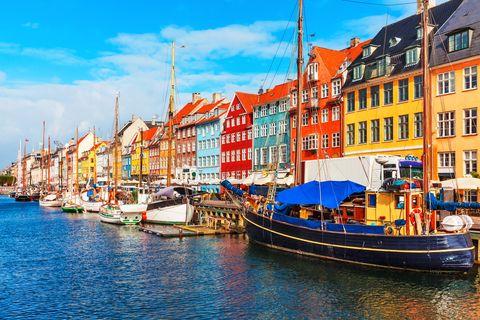 Water transportation, Boat, Waterway, Harbor, Vehicle, Town, Watercraft, Transport, Sky, Mode of transport,