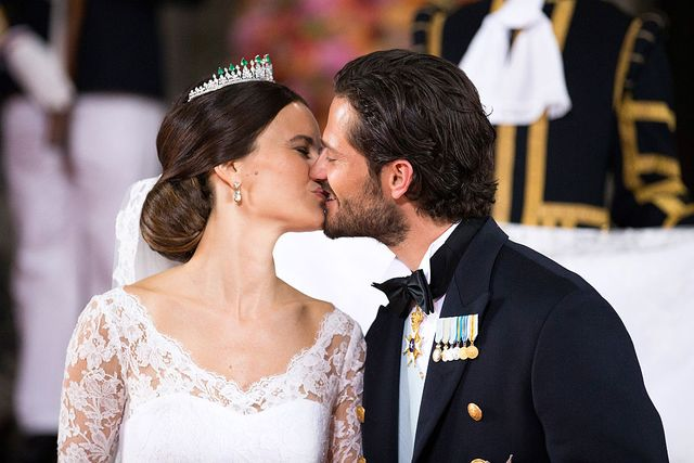 6月13日(現地時間)に、めでたく結婚5周年を迎えたスウェーデン王室のカール・フィリップ王子とソフィア妃。この日を記念して、2人が公式instagramに投稿した結婚式当日の秘蔵写真が注目を集めています。