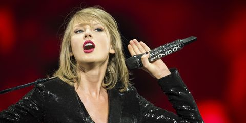 Music artist, Performance, Microphone, Singer, Entertainment, Singing, Performing arts, Music, Pop music, Event,