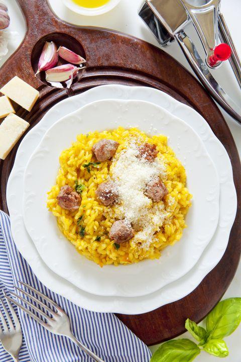 La ricetta del risotto con salsiccia è esattamente ciò di cui abbiamo bisogno nelle prime giornate d'autunno