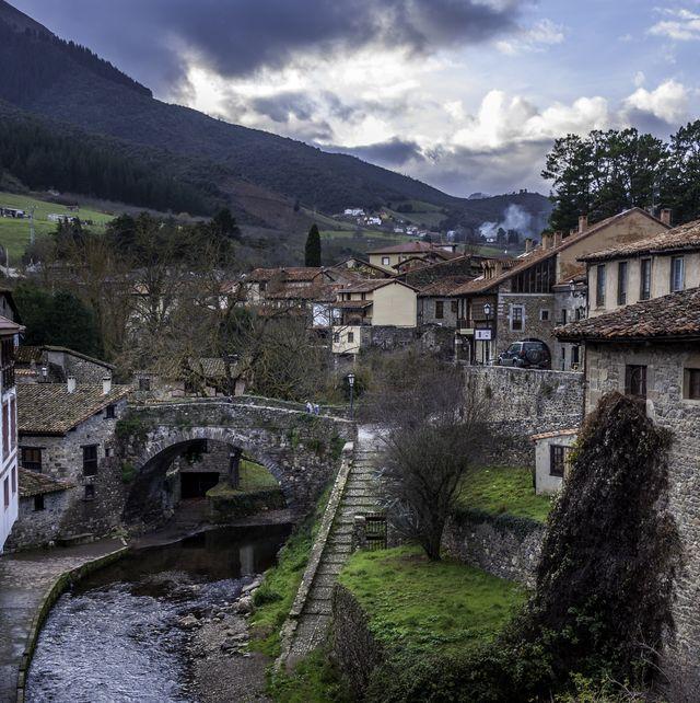 antiguo puente de piedra en potes cantabria ellees