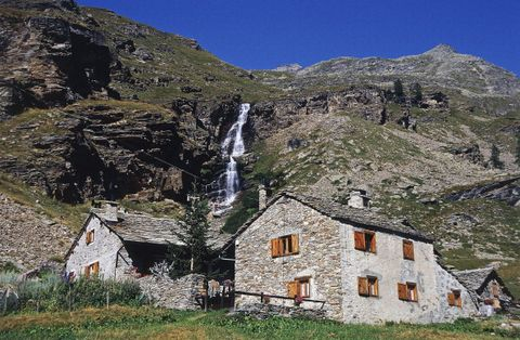 Mountainous landforms, Mountain, Mountain village, Highland, Property, Natural landscape, House, Mountain range, Fell, Cottage,
