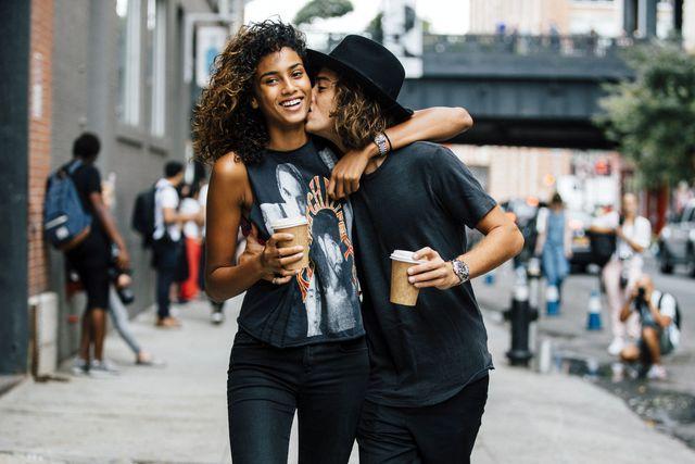 imaan hammam en neleye zoenen op de straat van new york city