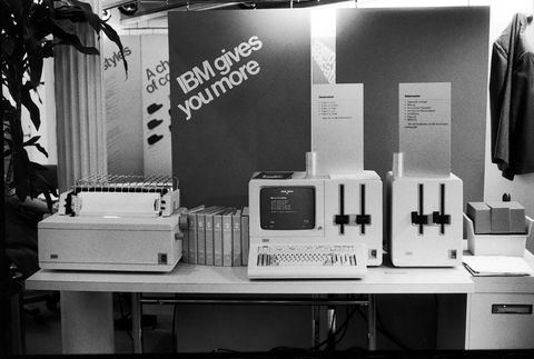 Black-and-white, Electronics, Product, Monochrome, Monochrome photography, Sewing machine, Machine, Home appliance, Photography, Technology,