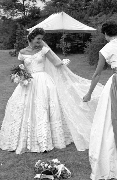 socialite jacqueline bouvier fixant le voile de la robe de mariée en plein air à la ferme hammersmith le jour de son mariage avec sen john kennedy photo par lisa larsenthe collection de photos de la vie via Getty Images