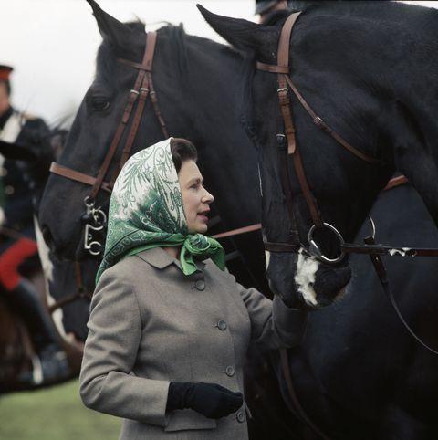 女王のスカーフの着こなし
