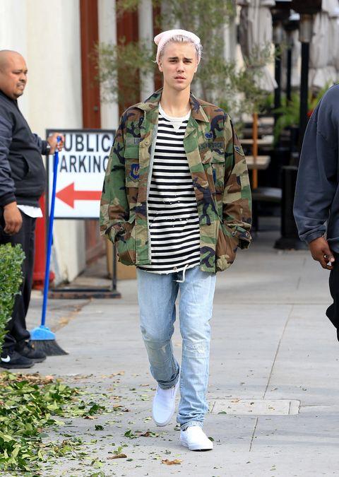 Street fashion, Clothing, Jeans, Fashion, Snapshot, Street, Jacket, Footwear, Walking, Outerwear,