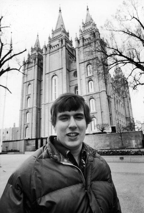 پرتره از یک مارک تجاری عتیقه مورمون هافمن ، سالت لیک سیتی ، یوتا ، 1981. هافمن بعدا بمب هایی را کشت که باعث کشته شدن دو نفر از اعضای کلیسا شد ، دستگیر شد و بعدا مشخص شد که یک عکس بسیار موفق از یک جعل کننده