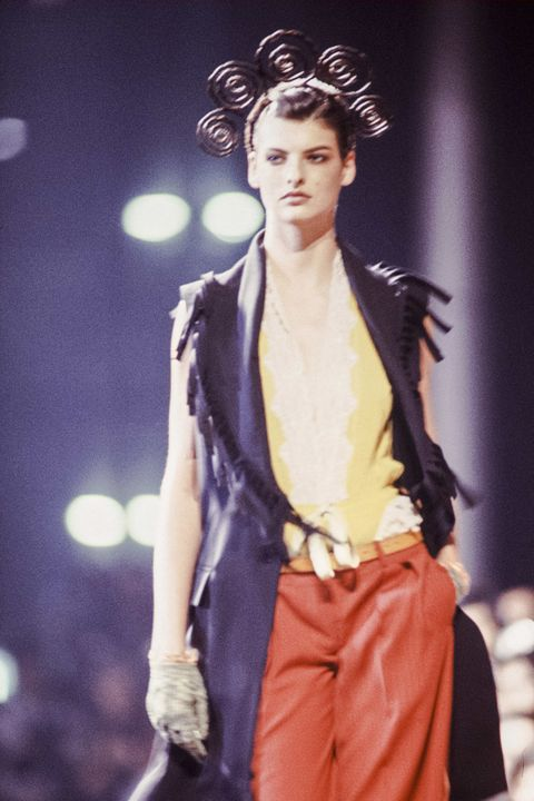 paris, france   october linda evangelista walks the runway at the jean paul gaultier pret a porter springsummer 1988 1989 fashion show during the paris fashion week in october, 1988 in paris, france photo by victor virgilegamma rapho via getty images