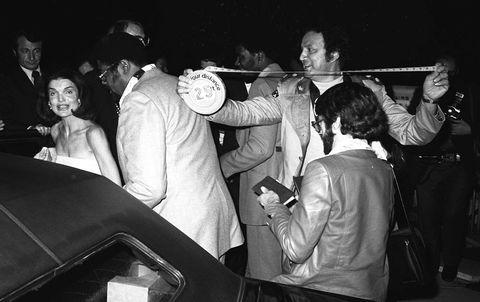 En mars 1997, le photographe des Los Angeles Papparazzi, Ron Galella, a mesuré sa distance de 25 pieds