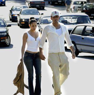 vancouver, bc 6 de julio los actores jennifer lopez y ben affleck caminan juntos en deep cove 6 de julio de 2003 en vancouver, canadá foto por lyle staffordgetty images