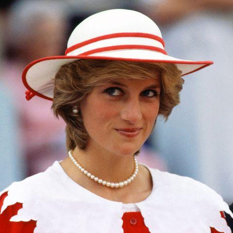 Hat, Sun hat, Fashion accessory, Headgear, Smile, Street fashion, Costume, Fedora,