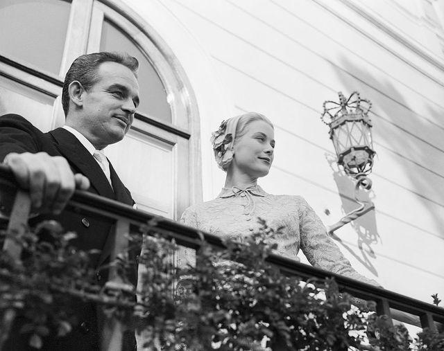 prince rainier and grace kelly on balcony