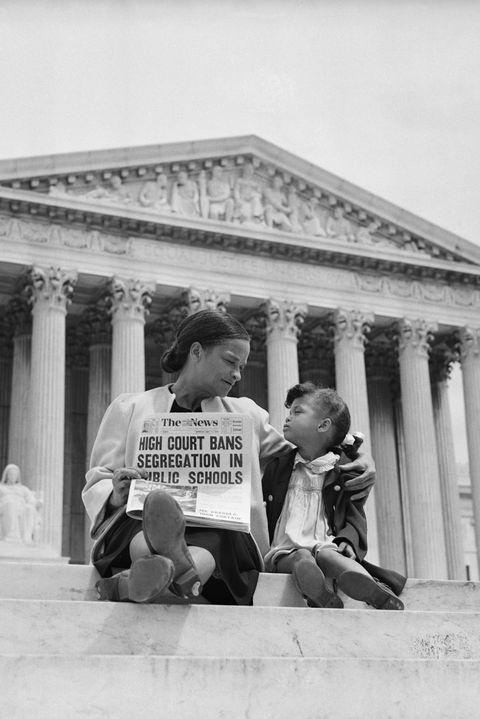 nettie hunt et sa fille nickie s'assoient sur les marches de la cour suprême américaine nettie explique à sa fille le sens de la décision des hautes cours dans l'affaire Brown vs Board of Education selon laquelle la ségrégation dans les écoles publiques est inconstitutionnelle