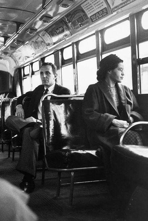 Rosa Parks est assise à l'avant d'un bus à Montgomery, en Alabama, après que la Cour suprême a jugé la ségrégation illégale sur le système de bus de la ville le 21 décembre 1956 Parks a été arrêtée le 1er décembre 1955 pour avoir refusé de céder sa place devant un bus à montgomery a déclenché un boycott réussi des bus de la ville l'homme assis derrière les parcs est nicholas c chriss, reporter pour united press international à atlanta