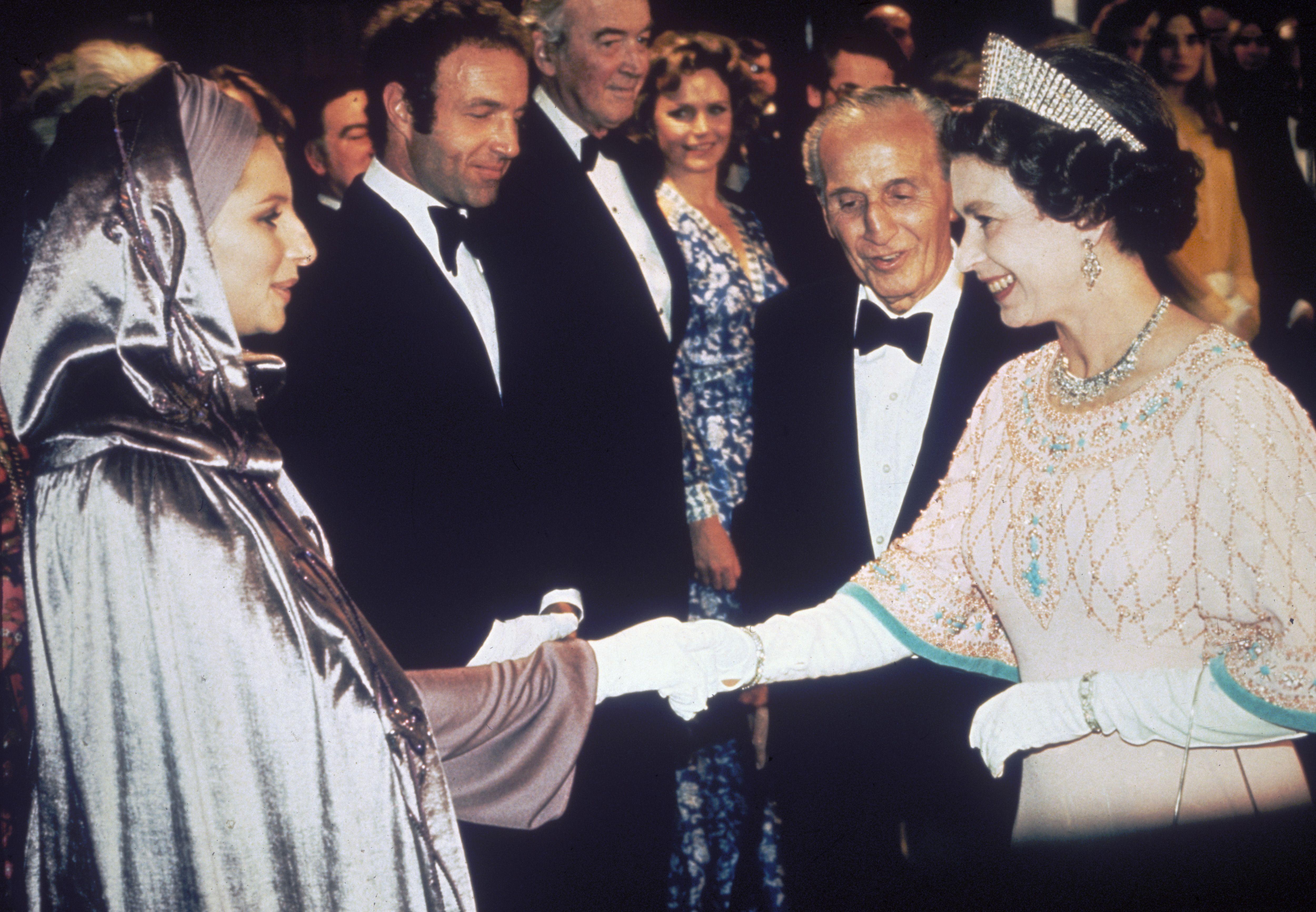 女王との謁見ファッション
