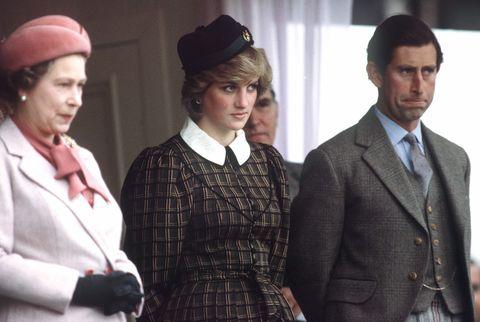 braemar, wielka brytania 04 września królowa elżbieta ll z księżną Dianą i księciem Karolem oglądają tradycyjne gry góralskie w Braemar  autorstwa Tima Grahama Biblioteka zdjęć via Getty Images