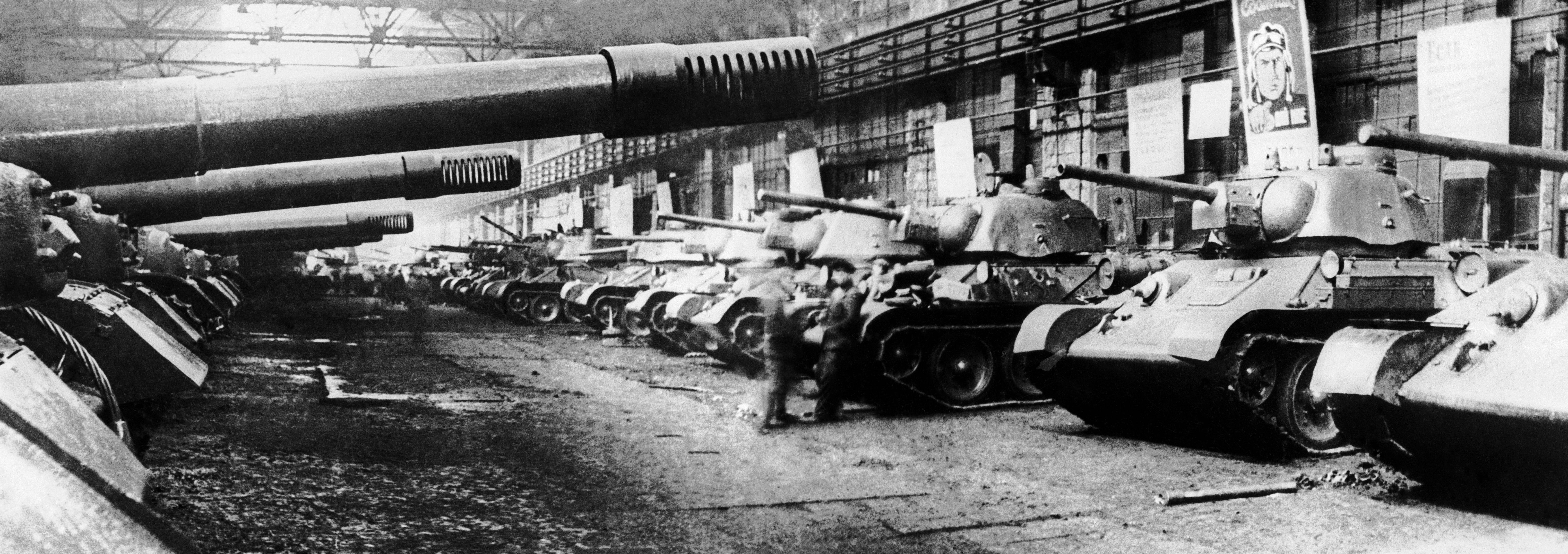 Tanques de batalha T-34 sendo produzidos pela fábrica de tratores de Chelyabinsk durante a Segunda Guerra Mundial.