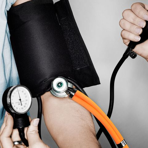 Wrist, Stethoscope, Arm, Hand, Leg, Medical equipment, Strap, Thigh, Electronic device, Cable,