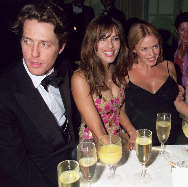 1999年8月20日にロンドンで開催された「mickey blue eyes」のアフターパーティーに参加した、(左から)ヒュー・グラント、エリザベス・ハーレイ、パッツィ・ケンジット、リアム・ギャラガー。