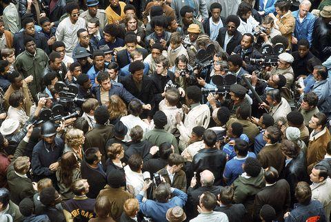 a vista aérea mostra um grande número de jornalistas com câmeras de televisão enquanto eles cercam um pequeno grupo de panteras negras, yippies e dois nazistas americanos do lado de fora da sala do tribunal durante o julgamento de chicago 7 por conspiração para iniciar um motim durante a convenção nacional democrática, chicago , Illinois, setembro de 1969 foto por lee baltermanthe coleção de fotos da vida via imagens getty