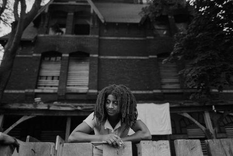 یکی از اعضای فرقه آمریکایی آفریقایی تبار در این اقدام ، بنیانگذار جان آفریقا ، بر روی حصار مقابل خانه محصور شده آنها در روستای پولتون در فیلادلفیا ، پنسیلوانیا قرار دارد عکس توسط leif skoogforscorbiscorbis از طریق تصاویر گتی
