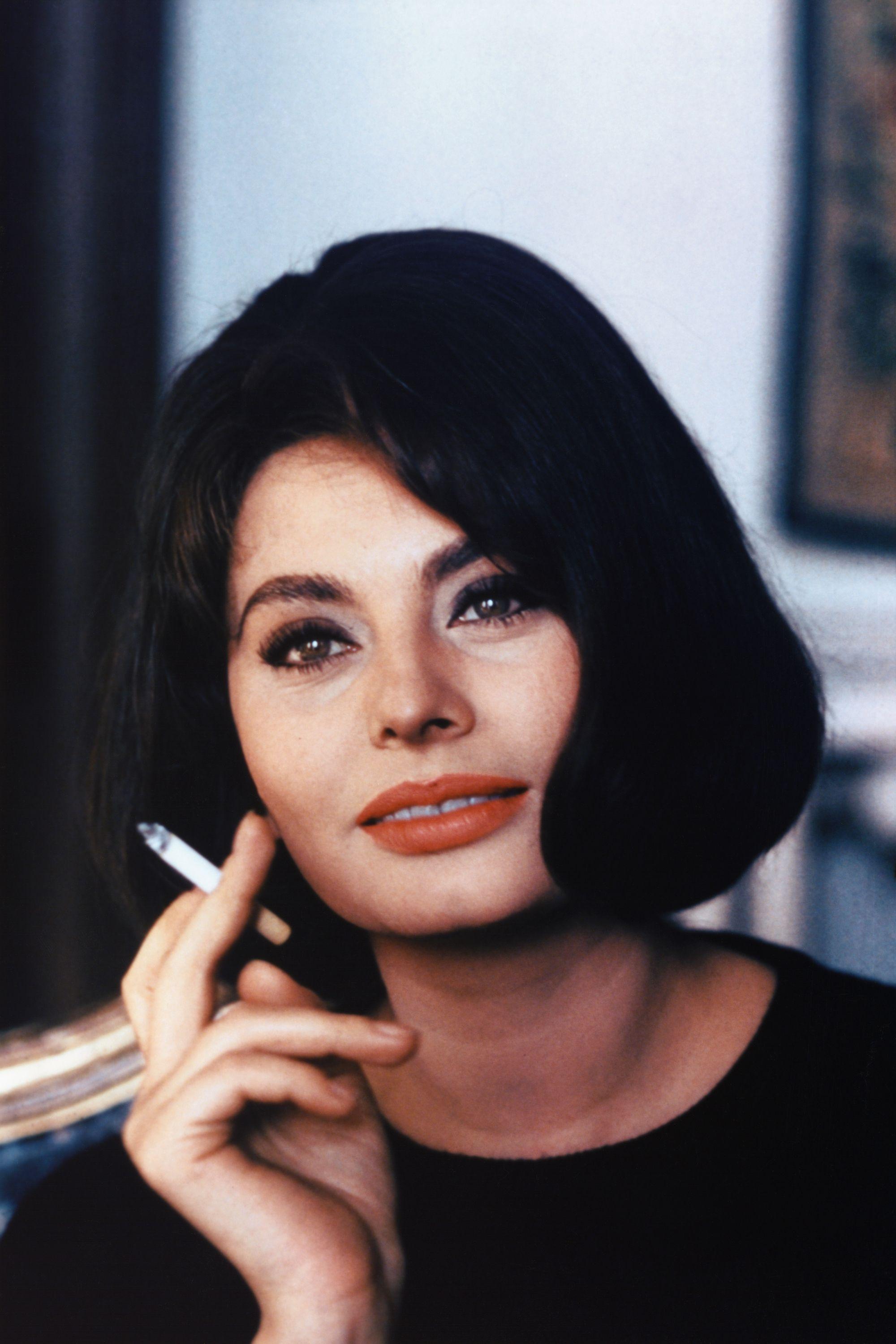 Hollywood stars who smoke cigarettes