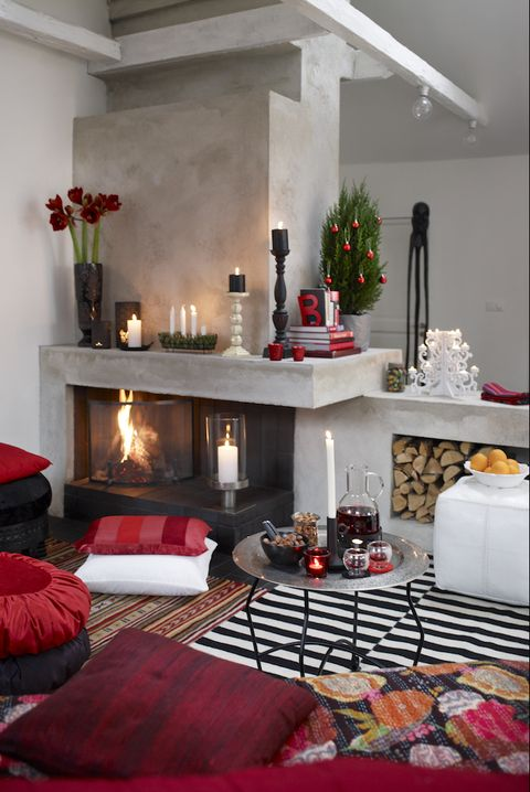 15 stunning christmas living rooms holiday living room decor ideas. Black Bedroom Furniture Sets. Home Design Ideas