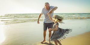 nonno e nipote al mare