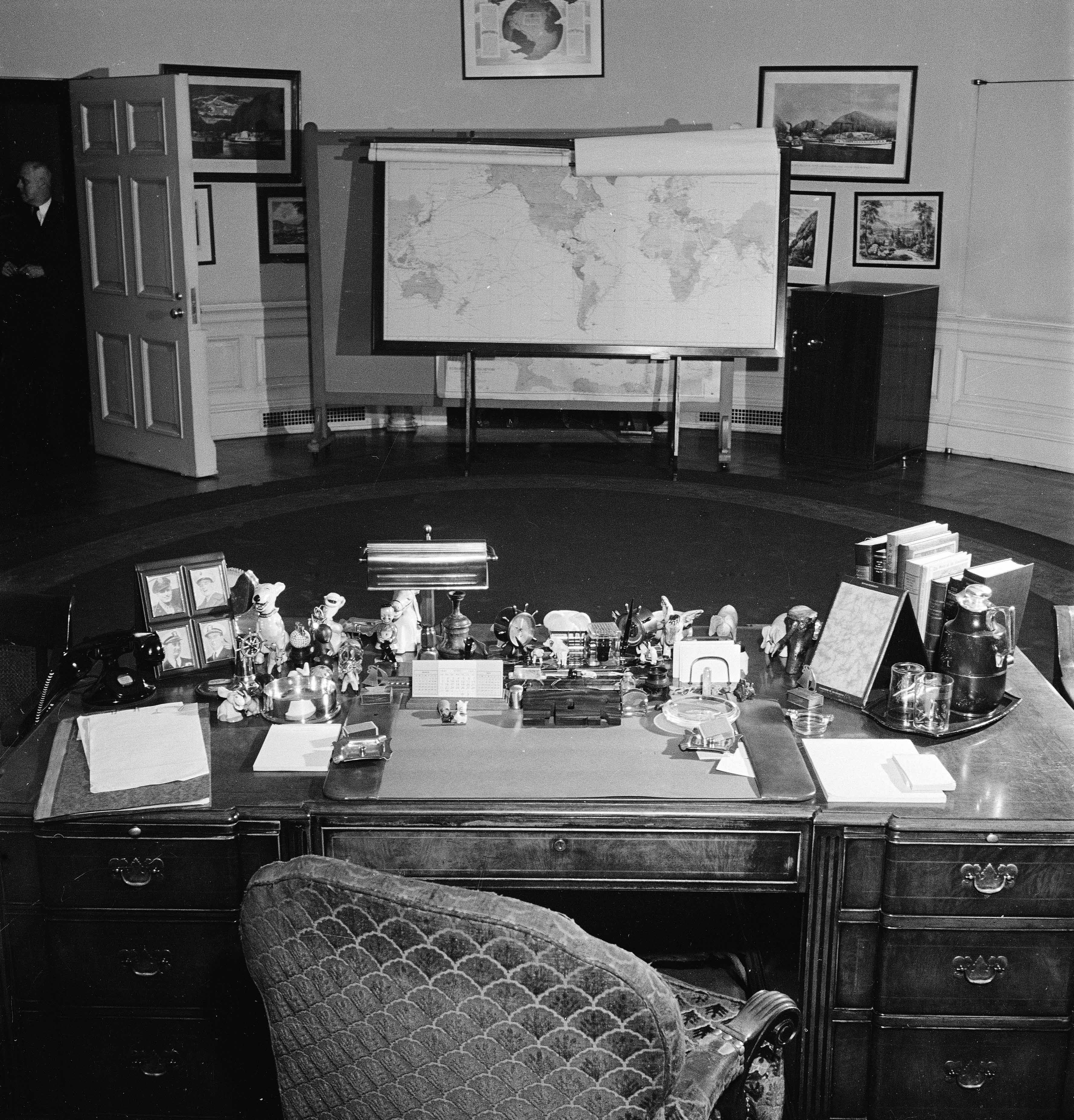 Desk in oval office Cartoon White House Oval Office Walmart Oval Office Decor Changes In The Last 50 Years Pictures Of The