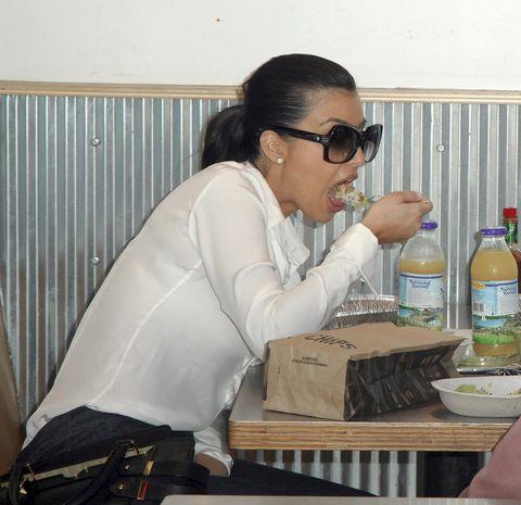 KIM KARDASHIAN comiendo