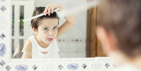 niño peinándose baño, cera hombres, mejores ceras hombre, peinado hombre, estilo peinado hombre