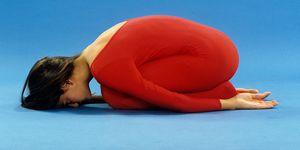 10. Yoga, die Stellung des Kindes, GARBHASANA, Ruhehaltung, junges Mädchen, roter Gymnastikanzug, dunkelblonde Haare,