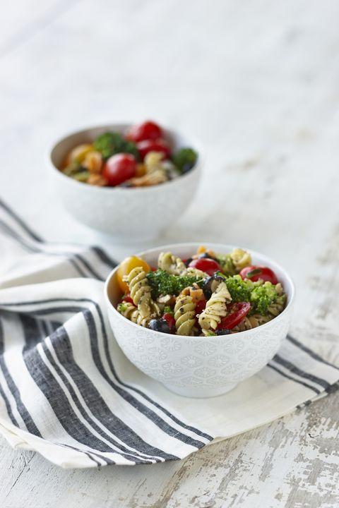 L'insalata di pasta tricolore con pesto e pomodorini darà una svolta ai vostri menù estivi, e si fa così