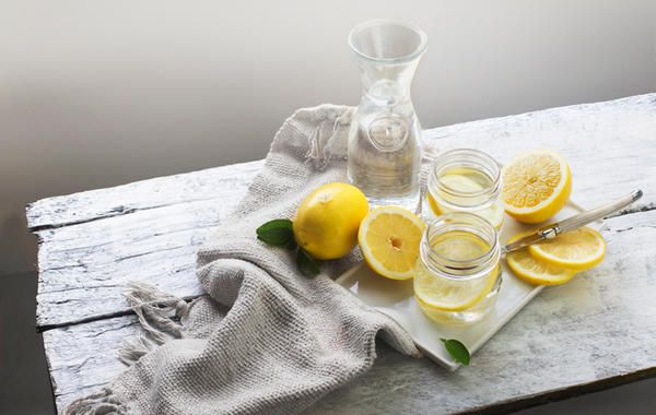 Acqua calda e limone: è soltanto una moda?
