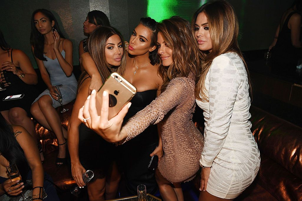 kim-kardashian-group-selfie