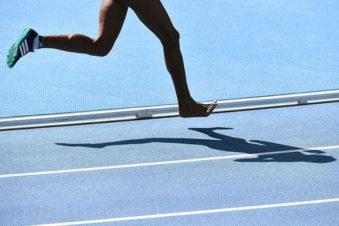 correr descalzo o con zapatillas