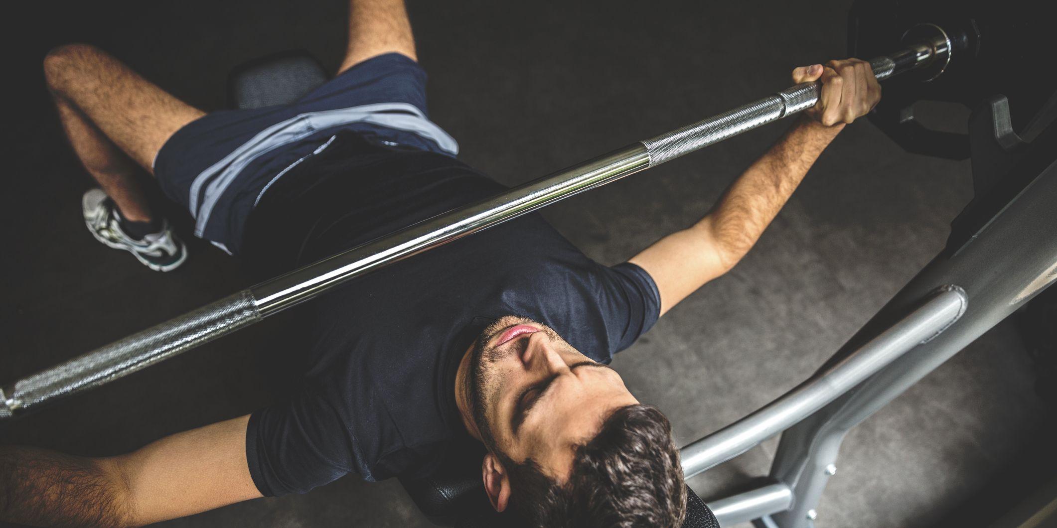 hombre flaco haciendo pesas
