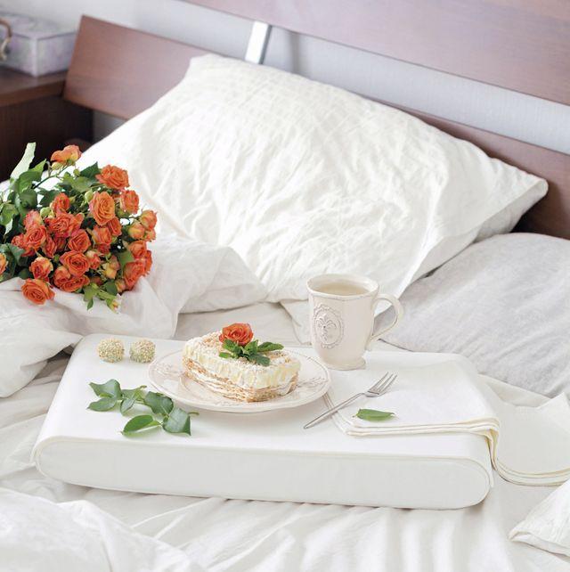 ideas para dormir bien y descansar colchón, almohada y desayuno en cama