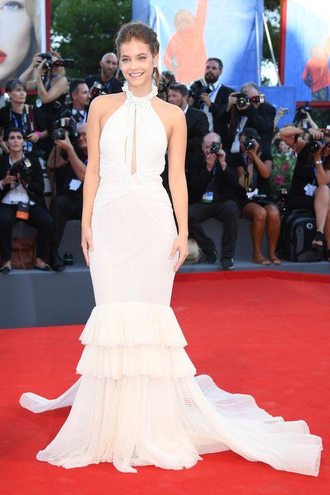 Red carpet, Carpet, Dress, Gown, Clothing, Flooring, Premiere, Fashion model, Shoulder, Fashion,