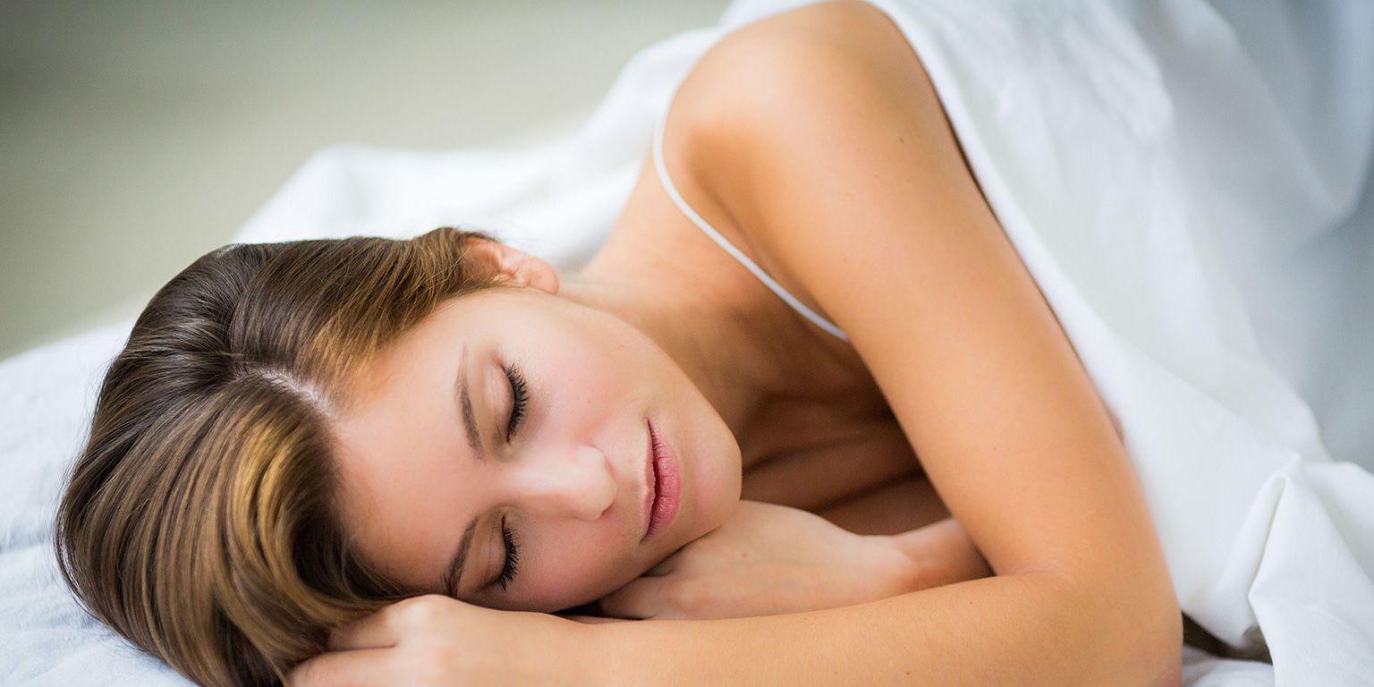 Chica joven durmiendo.
