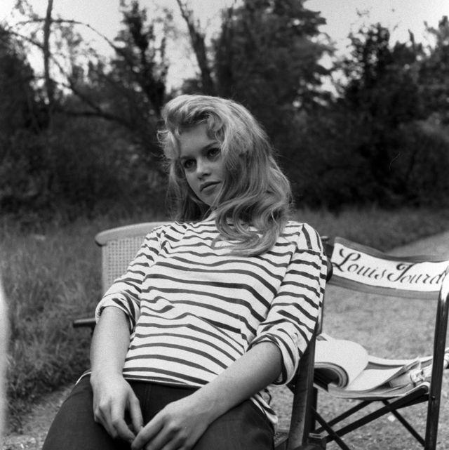 Photograph, Black-and-white, Monochrome photography, Sitting, Monochrome, Photography, Blond, Tree, Photo shoot, Sleeve,