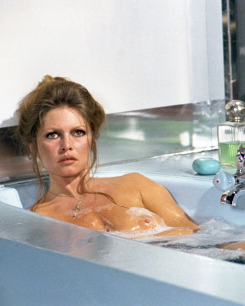 10a78c67e35 35 Celebrity Bath Tub Moments - Iconic Photographs of Celebs in the Bath