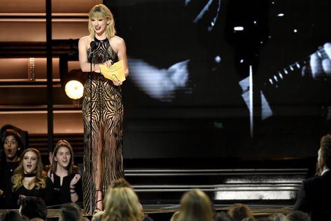 Taylor Swift Wore A Naked Dress To The Cma Awards 2016