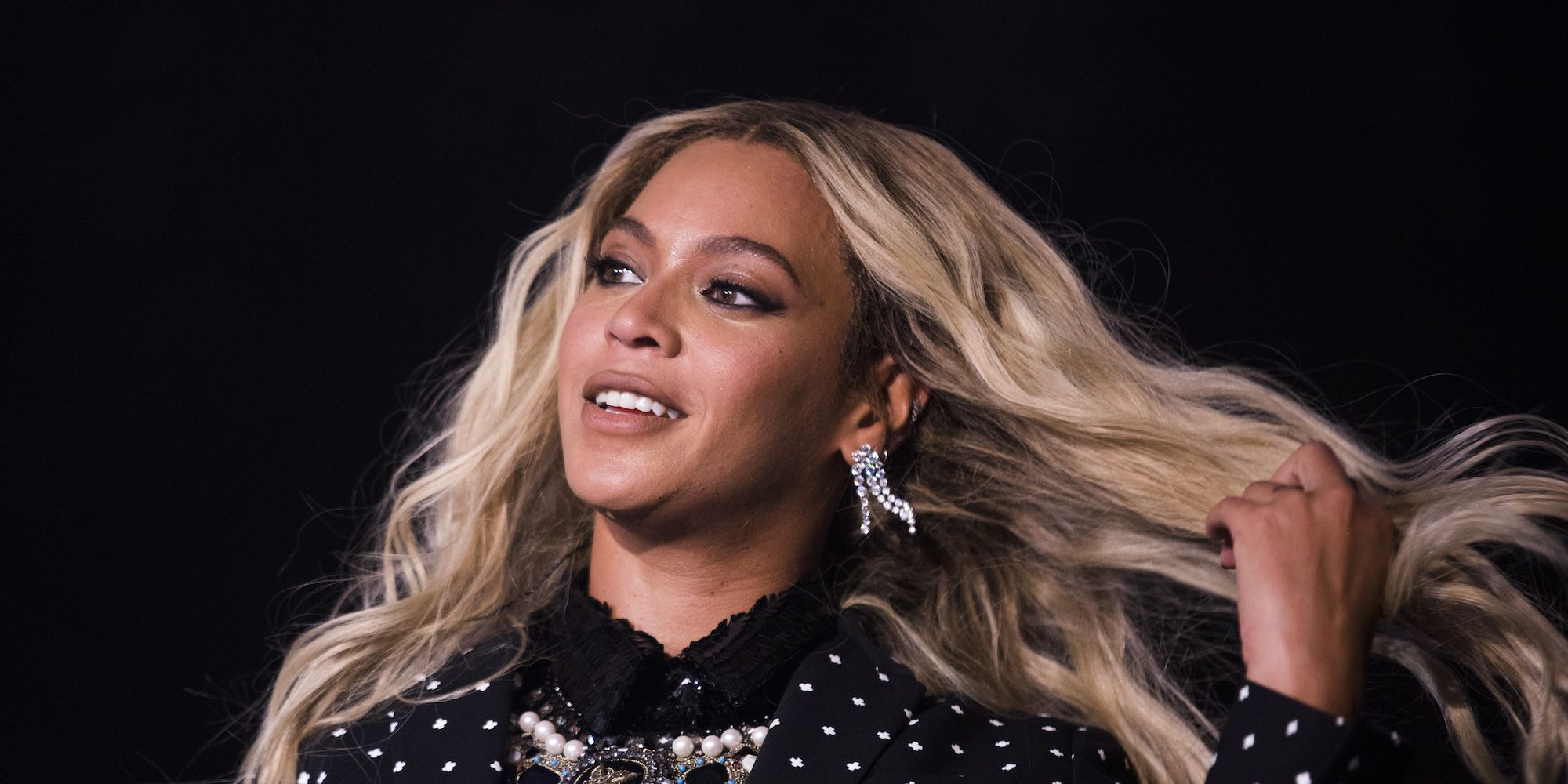 Beyonce shows off her earrings - beyonce cartilage piercing